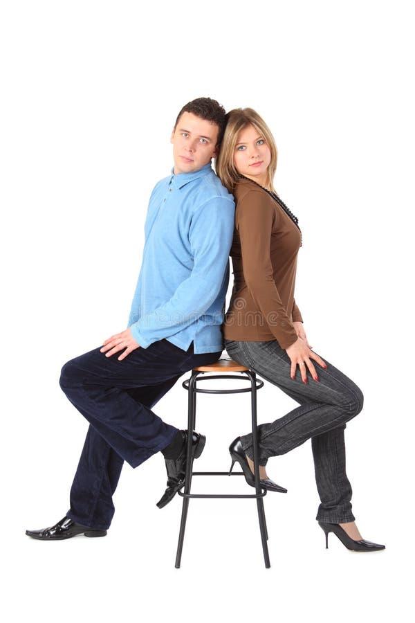O par senta-se no tamborete de barra de volta à parte traseira foto de stock royalty free