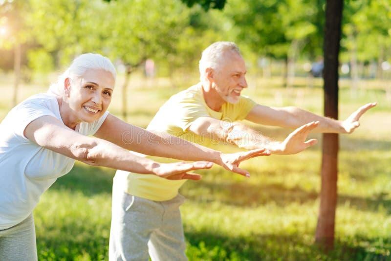 O par superior alegre que aprecia o esporte exercita junto fotografia de stock
