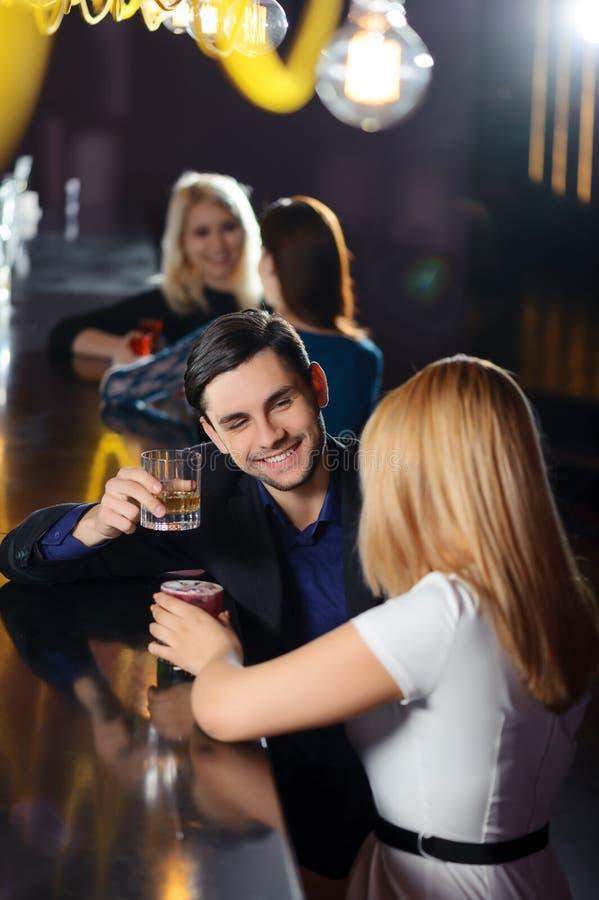 O par tem uma bebida na barra foto de stock