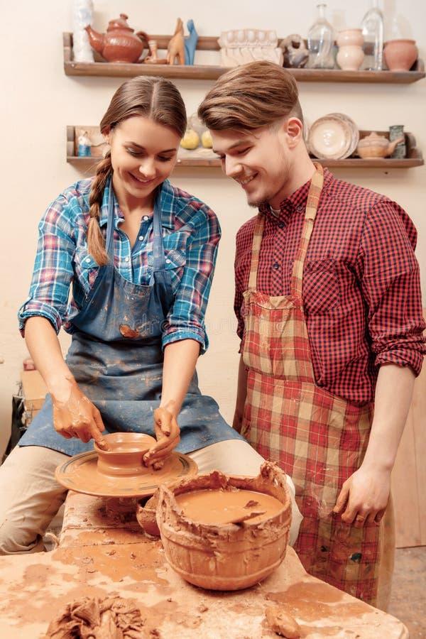 O par trabalha na roda da cerâmica foto de stock royalty free