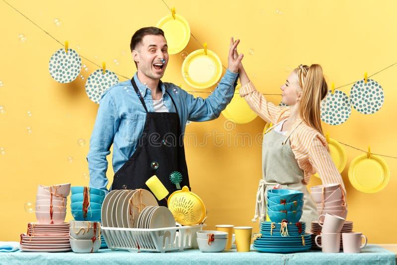 O par trabalhador novo ativo bonito está dando altamente cinco e sorriso fotografia de stock
