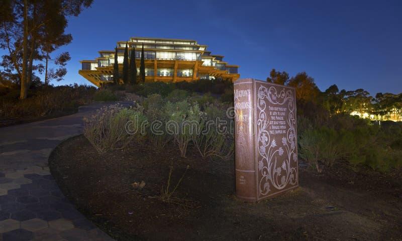 O paraíso do ` s de Miton perdeu o livro do granito e a biblioteca UCSD San Diego California de Geisel imagens de stock