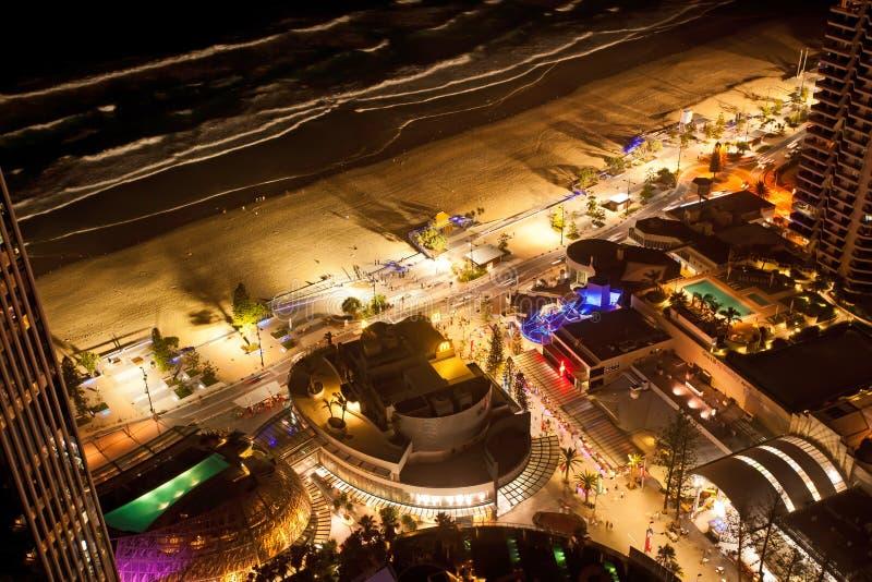 O paraíso Gold Coast Austrália dos surfistas da esplanada na noite imagem de stock royalty free