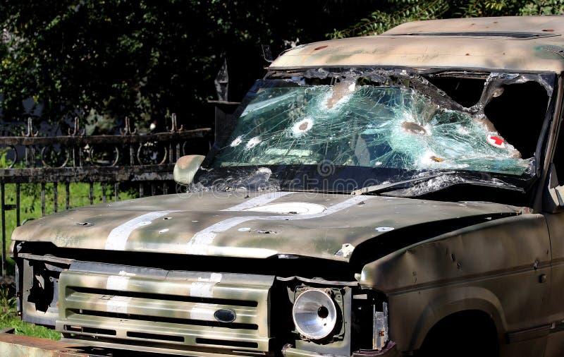 O para-brisa quebrado da máquina dos paramédicos A textura de vidro quebrado Paramédicos do veículo blindado foto de stock