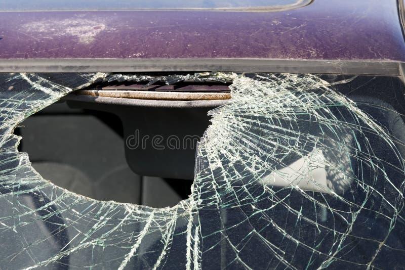 O para-brisas do carro é puncionado foto de stock