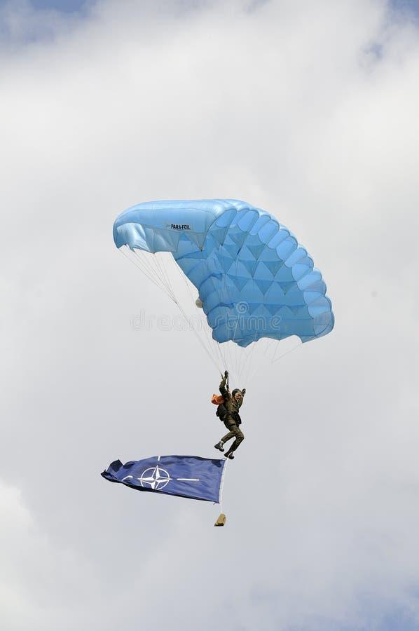O parachutist vai para baixo com a bandeira da OTAN fotos de stock royalty free