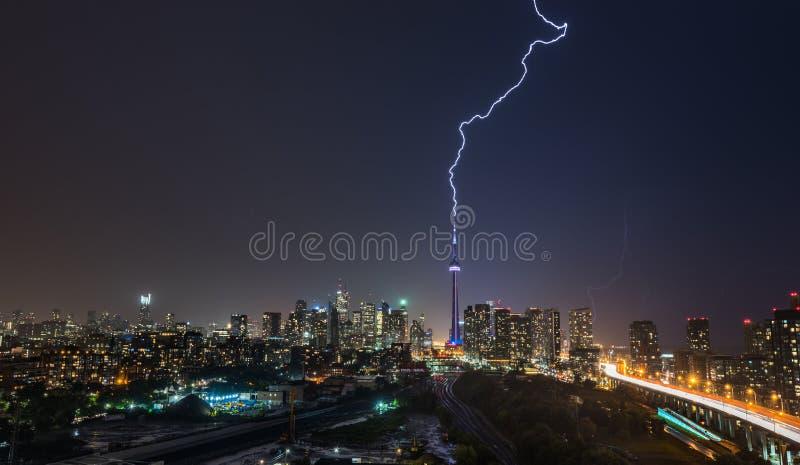 O parafuso de relâmpago poderoso golpeia sobre a cidade de Toronto, Canadá foto de stock
