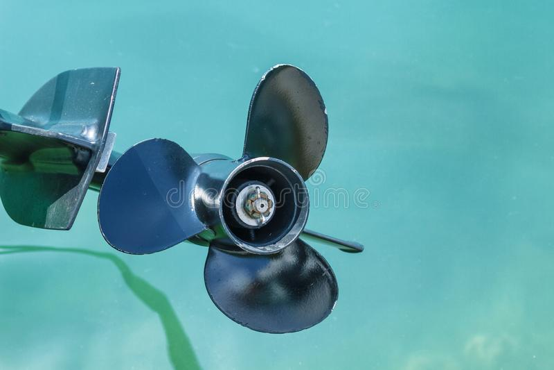 O parafuso de um barco de motor à superfície da àgua fotos de stock