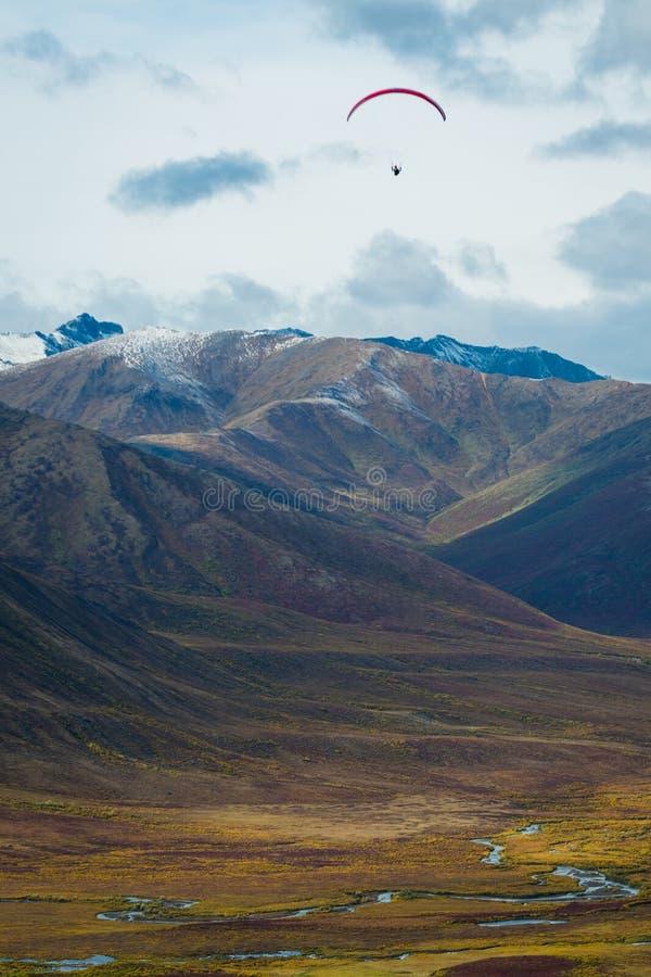 O Paraglider obtém uma opinião sobre as montanhas da lápide, Yukon do pássaro-olho, Canadá fotografia de stock