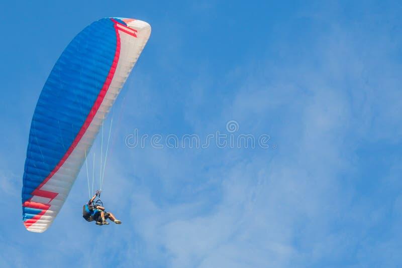 O Paraglider sobe contra um céu azul tandem fotos de stock