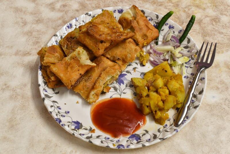 O paratha de Mughlai é um alimento bengali popular da rua, um pão fritado macio aumentado por um enchimento do keema, um ovo, uma fotografia de stock
