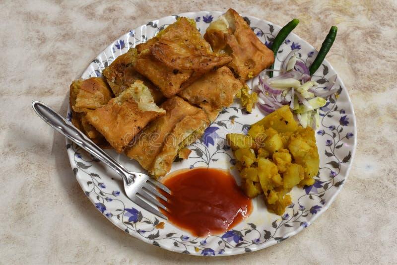 O paratha de Mughlai é um alimento bengali popular da rua, um pão fritado macio aumentado por um enchimento do keema, um ovo, uma fotografia de stock royalty free