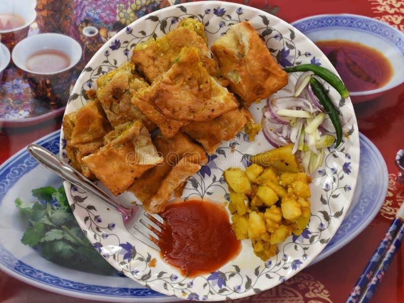 O paratha de Mughlai é um alimento bengali popular da rua, um pão fritado macio aumentado por um enchimento do keema, um ovo, uma imagens de stock