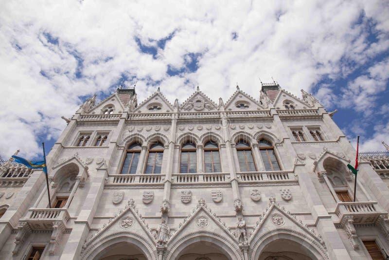 O parlamento de Budapest com nuvens e o céu bonitos no fundo fotos de stock