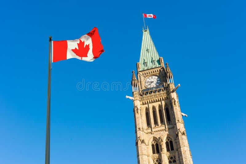 O parlamento de Canadá e bandeira canadense fotos de stock