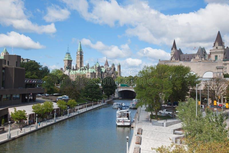 O parlamento de Canadá e de canal de Rideau foto de stock
