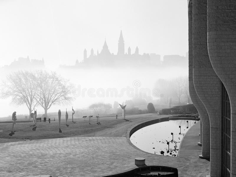 O parlamento de Canadá na névoa imagens de stock
