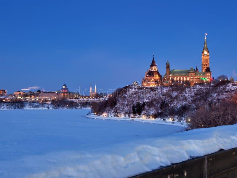 O parlamento de Canadá no crepúsculo imagens de stock royalty free