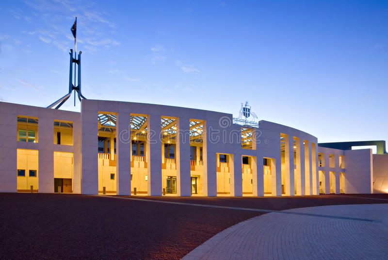 O parlamento de Canberra abriga no crepúsculo fotos de stock royalty free