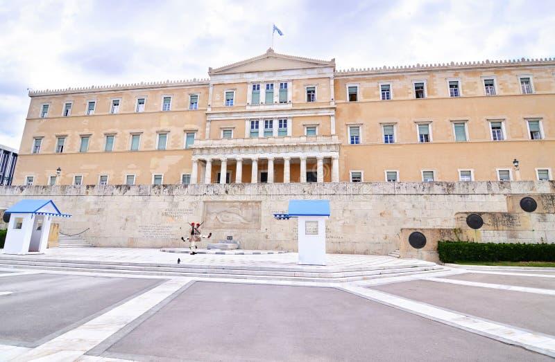 O parlamento grego com o Syntagma grego Atenas Grécia dos soldados de Evzones fotografia de stock royalty free