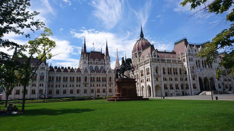 O parlamento húngaro contra o céu azul fotografia de stock