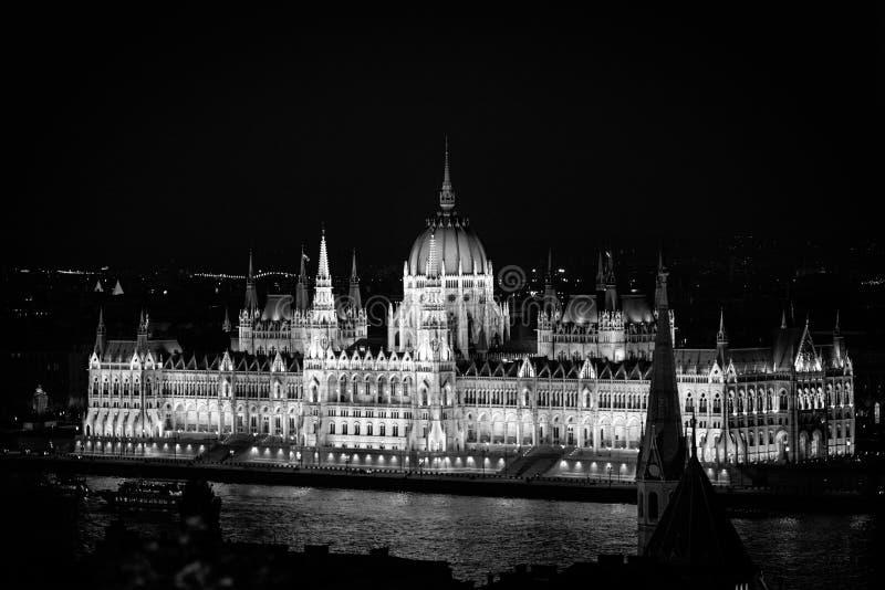 O parlamento húngaro em Budapest através do Danúbio fotografia de stock royalty free