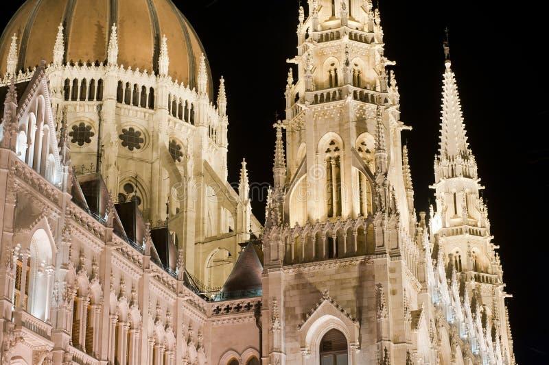 O parlamento húngaro em a noite em Budapest foto de stock