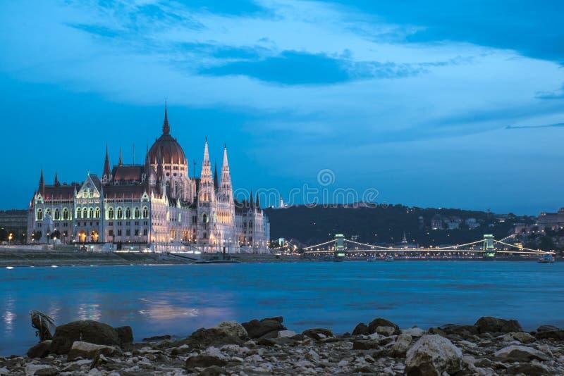O parlamento húngaro na hora azul, Budapest fotos de stock royalty free