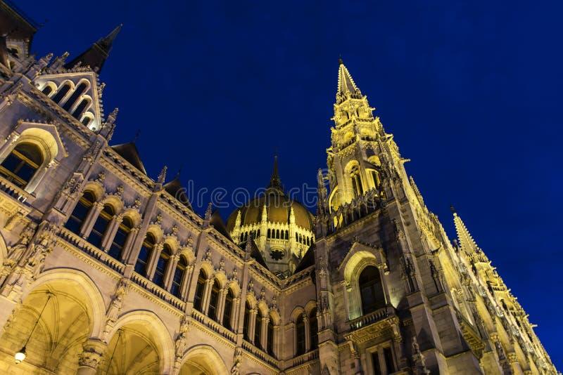O parlamento húngaro na hora azul, Budapest, Hungria fotografia de stock royalty free