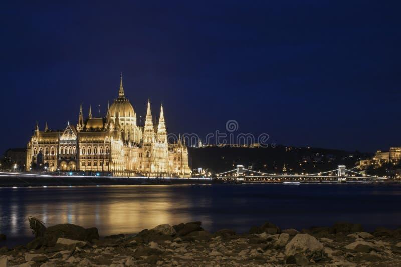 O parlamento húngaro no nigth foto de stock