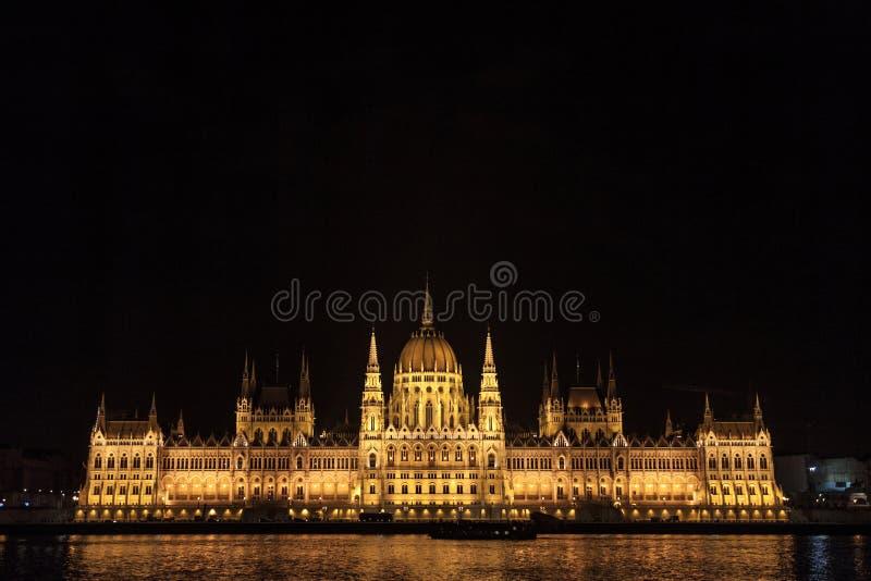 O parlamento húngaro Orszaghaz em Budapest, capital de Hungria, tomado durante uma noite escura fotografia de stock royalty free