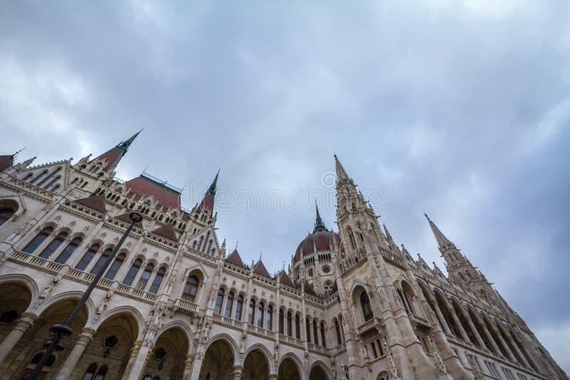 O parlamento húngaro Orszaghaz em Budapest, capital de Hungria, tomado durante uma tarde nebulosa fotografia de stock royalty free