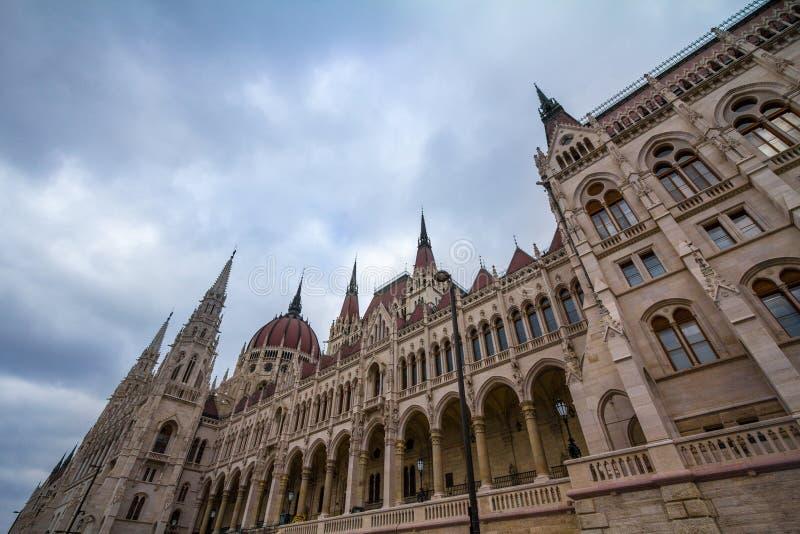 O parlamento húngaro Orszaghaz em Budapest, capital de Hungria, tomado durante uma tarde nebulosa fotos de stock royalty free