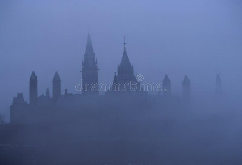 O parlamento na névoa imagem de stock royalty free