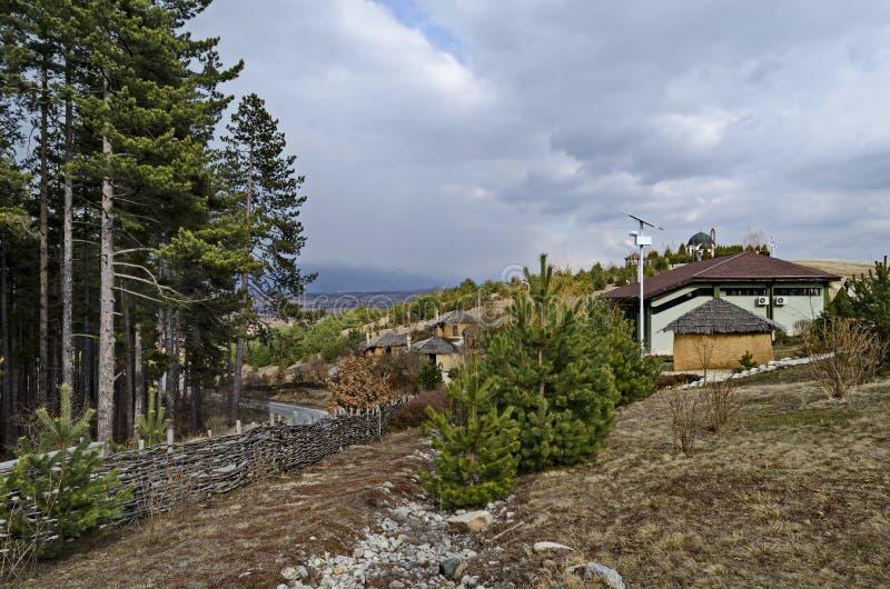 O parque arqueológico Topolnitsa com reconstrução Neolítico das casas para relaxa e tradicional comemore perto da vila Chavdar imagem de stock royalty free