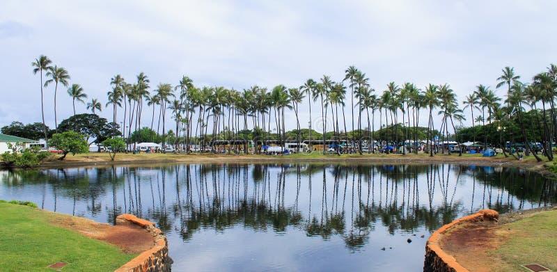 O parque da praia de Alá Moana encheu-se com os povos e os veículos fotos de stock
