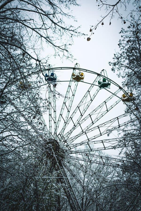 O parque de Amusememnt roda dentro o inverno em Ucrânia, Ivano Frankivsk fotografia de stock