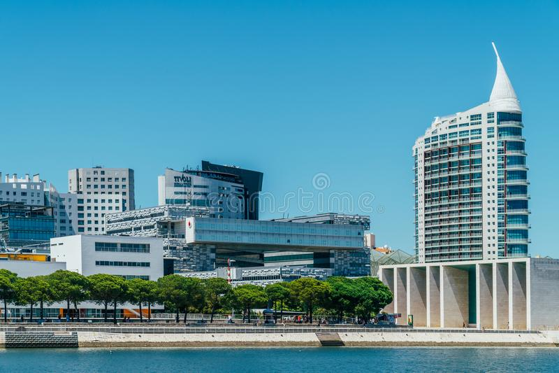 O parque de Parque DAS Nacoes das nações em Lisboa é um centro cultural moderno e um lugar para o shopping, o Pavillion e hotéis imagem de stock