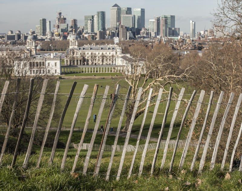 O parque de Greenwich - uma cerca e umas construções altas de Canary Wharf imagens de stock