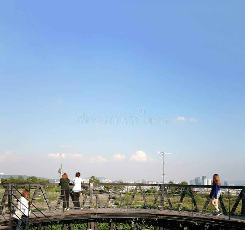 O parque de Haneul, parte do parque do copo de Wolrd, era uma vez uma montanha do lixo, mas agora um monte verde que oferece vist imagem de stock
