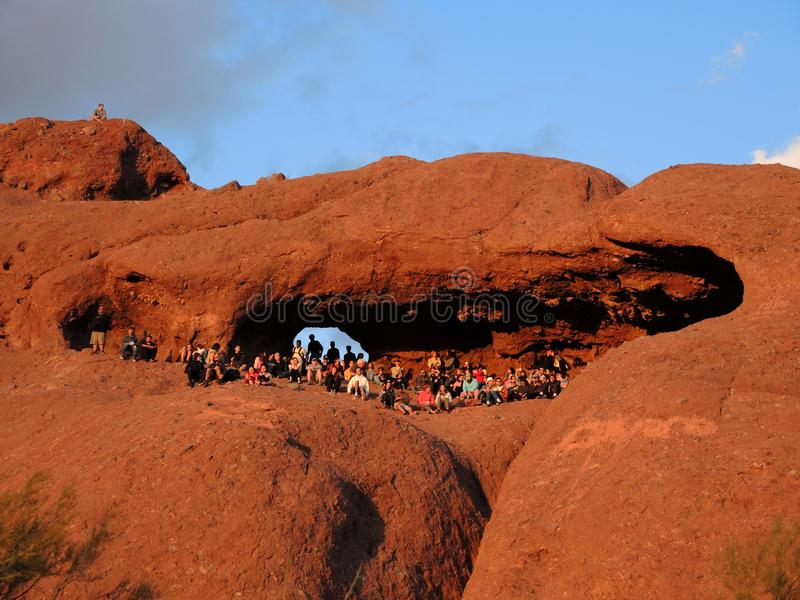 O parque de Papago em Tempe Arizona, oferece opiniões espetaculares dos pores do sol aos turistas desconhecidos imagens de stock royalty free