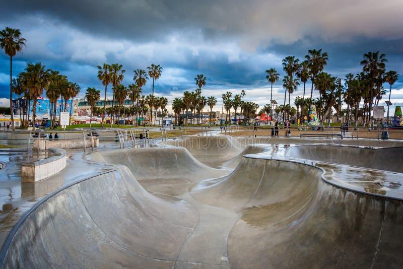 O parque do patim de Veneza no por do sol, na praia de Veneza, Los Angeles, C foto de stock royalty free