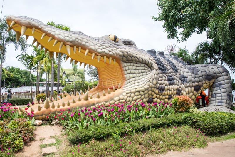 O parque grande da est?tua do crocodilo em p?blico de Bueng v? Fai, prov?ncia de Phichit, Tail?ndia fotografia de stock royalty free