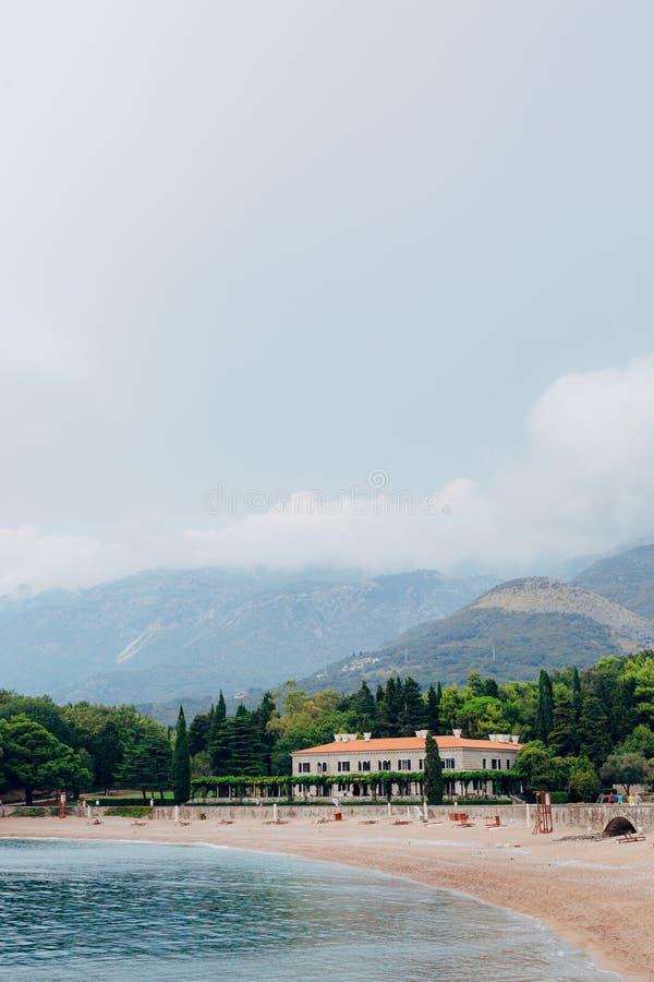 O parque Milocer, casa de campo, rainha da praia Perto da ilha de Sveti Stefan em Montenegro imagem de stock royalty free