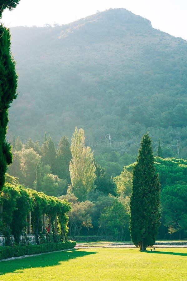 O parque Milocer, casa de campo, rainha da praia Perto da ilha de Sveti Stefan em Montenegro fotos de stock royalty free