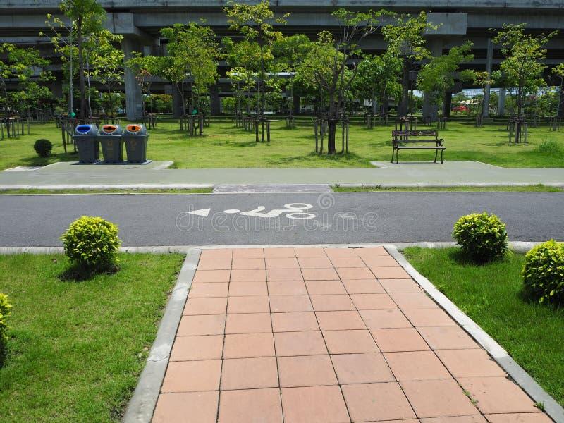 O parque na rua para o passeio uma bicicleta, bicicleta da rua no garde fotos de stock