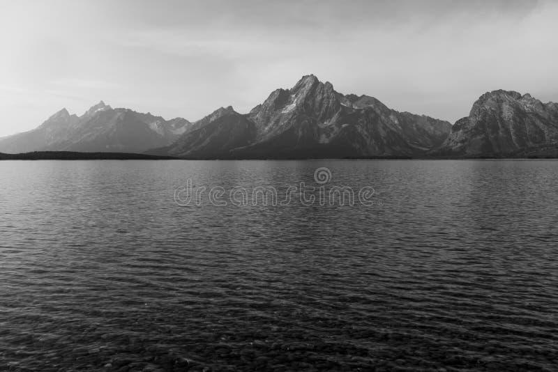 O parque nacional grande impressionante de Teton Opini?o do ponto do eremit?rio atrav?s de Jackson Lake com o Tetons grande perto imagem de stock royalty free