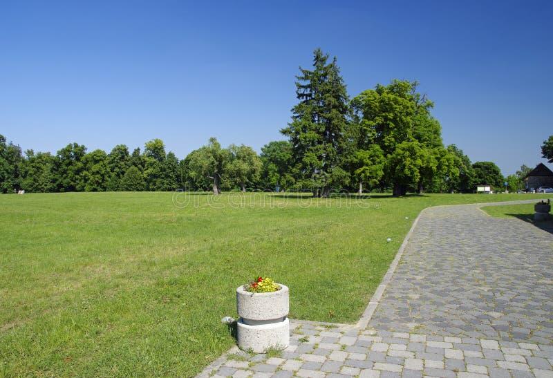 O parque perto do castelo Cerveny Kamen foto de stock royalty free