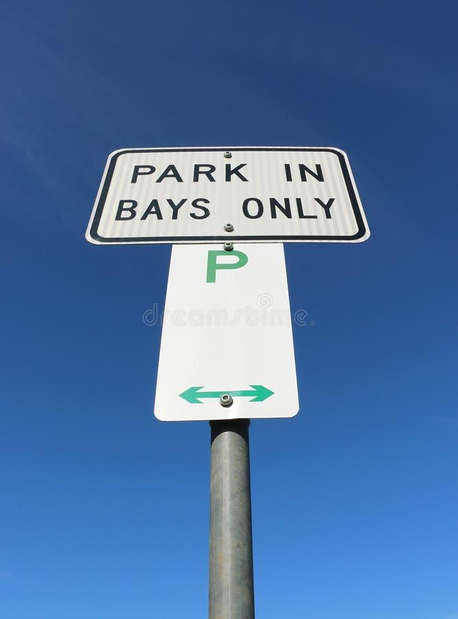 O parque preto, branco e verde nas baías assina somente imagens de stock royalty free