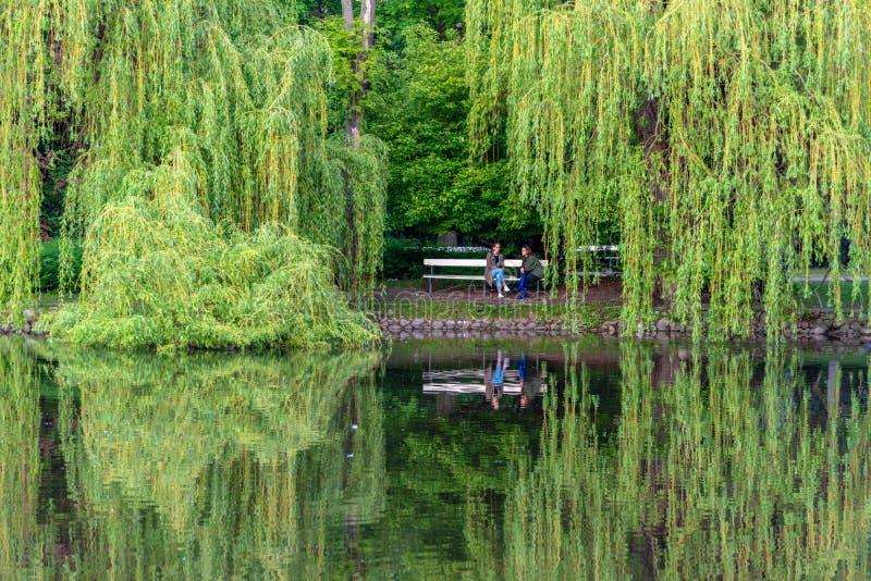 O parque Ujazdowski ? um dos parques os mais pitorescos de Vars?via, Pol?nia imagens de stock